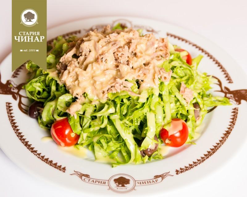 Green with tuna fish and tomatoes